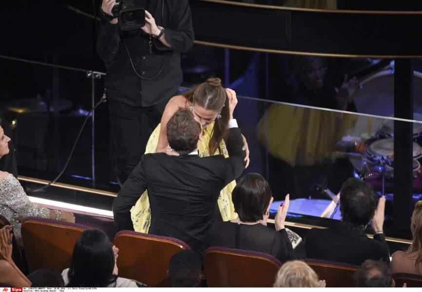 C'est un baiser furtif qui officialise leur relation amoureuse lors des Oscars