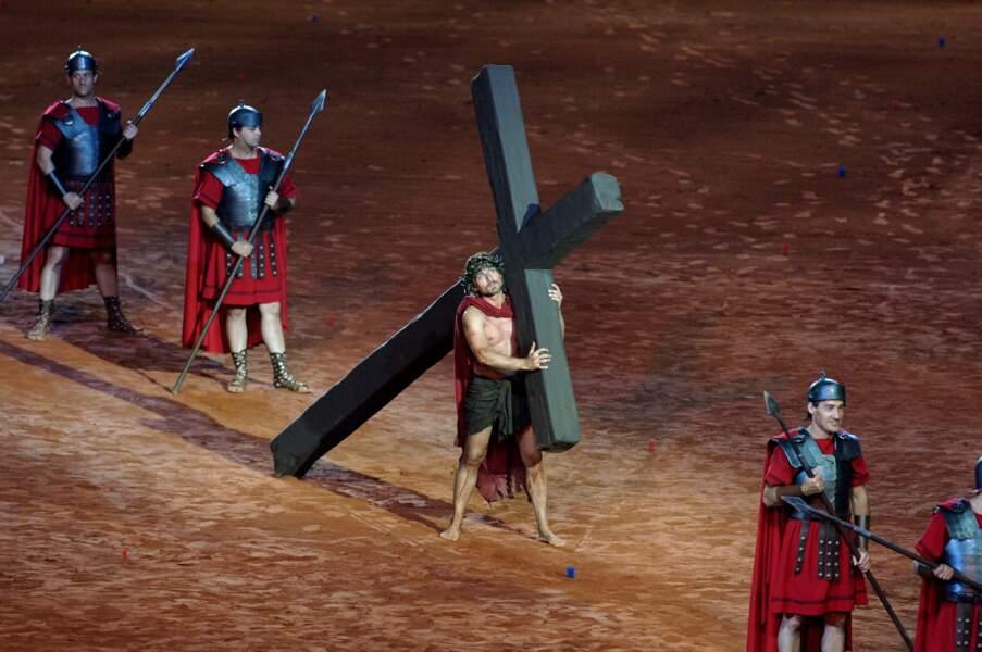 Steven Gunnell porte sa croix dans le spectacle de Ben-Hur.