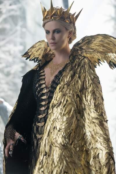 Charlize Theron, magnifique et cruelle Ravenna dans Le chasseur et la reine des glaces