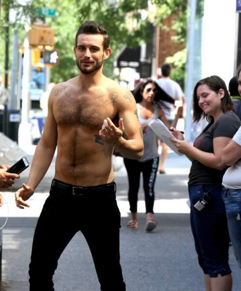 Pour la série Younger, Nico Tortorella exhibe ses abdos en plein Manhattan