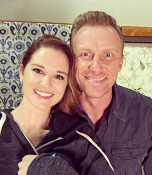 L'interprète d'April adore poser avec ses partenaires entre deux scènes.