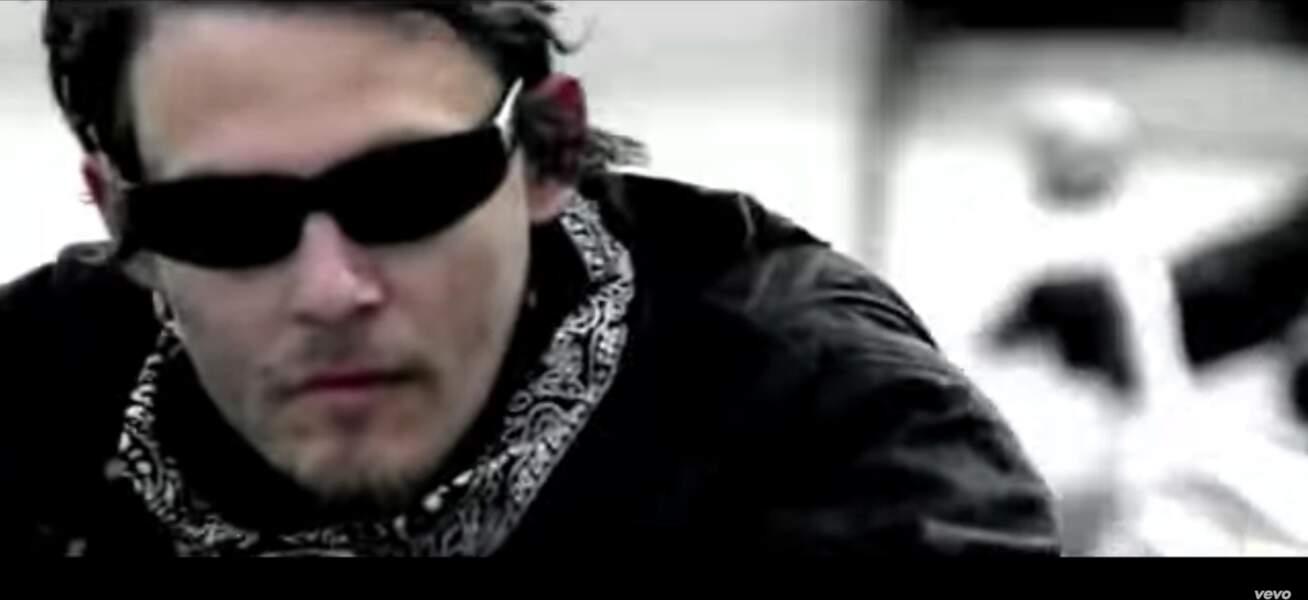 Cheveux au vent, il ne lâchera pas sa moto pour le clip