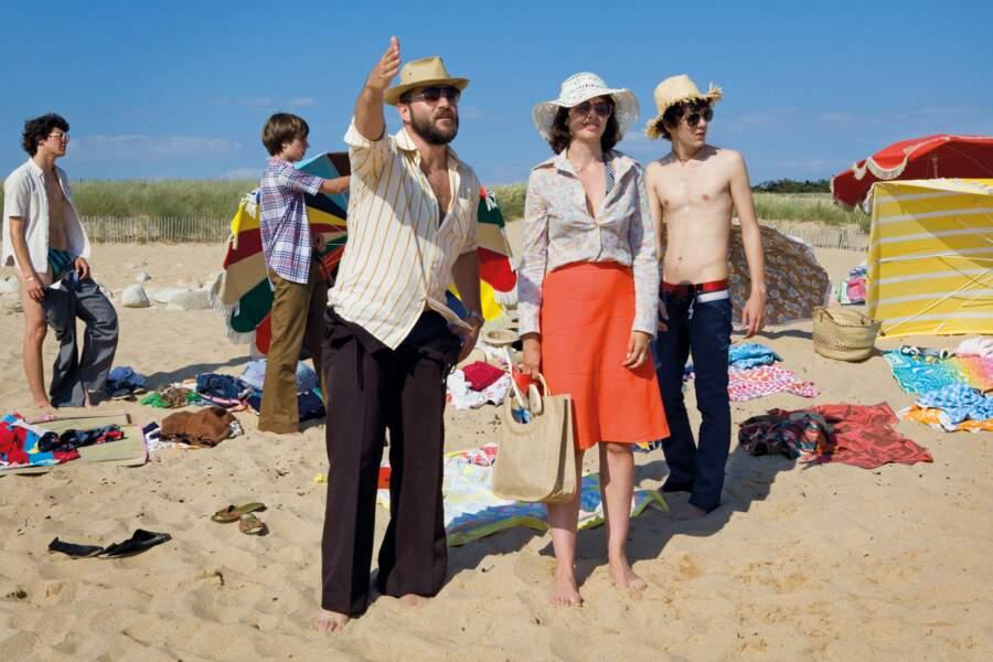 Chapeau et jupe rouge, Valérie Bonneton ne passe pas inaperçue à la plage
