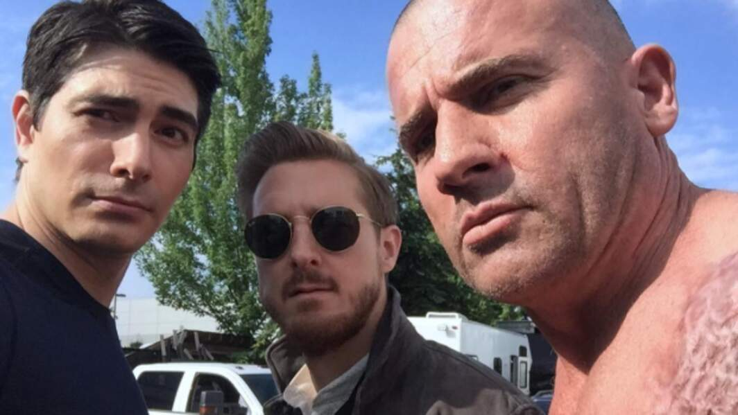 Pour Legends of Tomorrow saison 2, l'interprète d'Atom prend la pose avec Dominic Purcell
