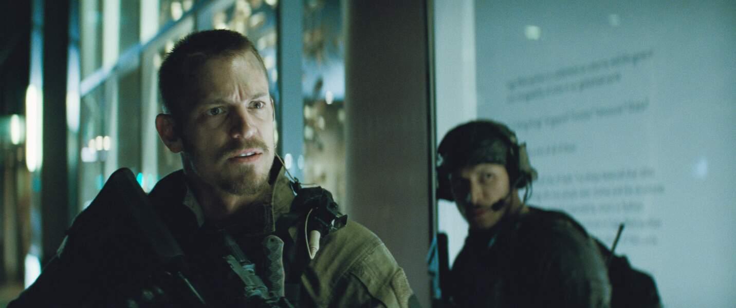 Rick Flag (Joel Kinnaman). Son arme ? Les flingues de combat.