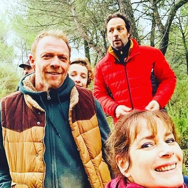 Régis Maynard, alias Eric, se promène en forêt avec l'équipe de Plus belle la vie