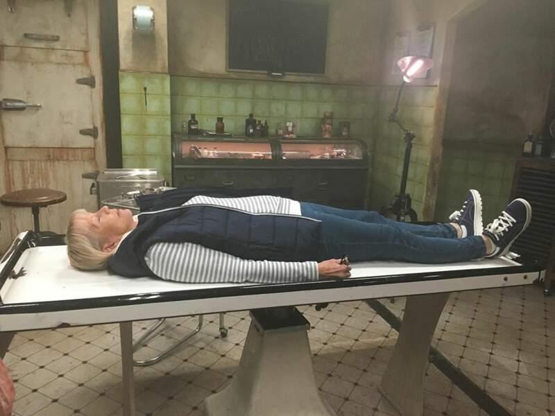 Quoi de mieux qu'une petite sieste sur la table d'embaumement ?