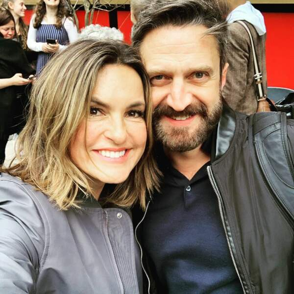 Mariska Hargitay a eu la visite surprise de son ancien partenaire Raul Esparza sur le tournage de New York Unité Spéciale