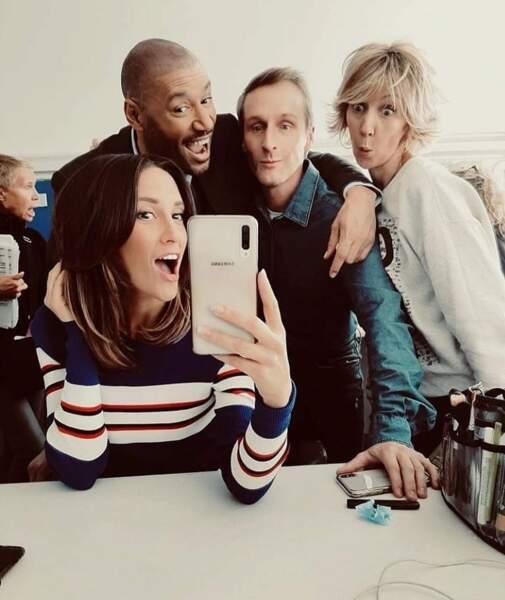 Mais avant de se remettre au travail, les comédiens des Mystères de l'amour préfèrent faire des selfies…
