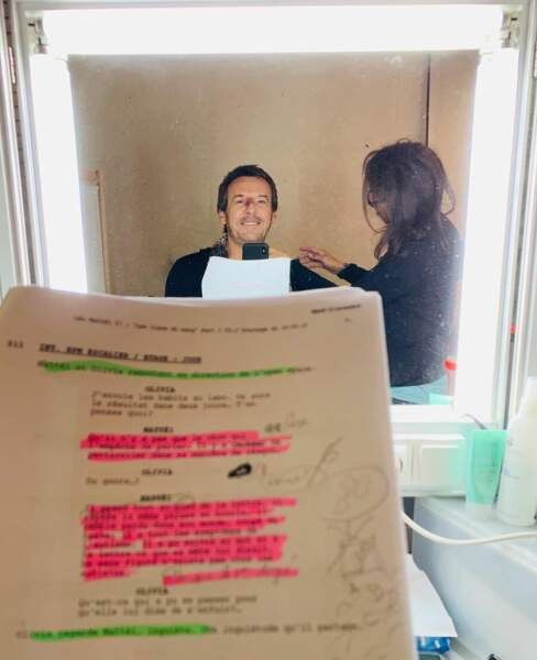 Même pendant ses dernières retouches sur le tournage de Leo Mattéi, Jean-Luc Reichmann ne perd pas une seconde pour réviser son texte