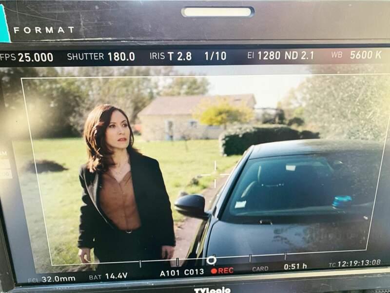 Sur le tournage de Section de recherches, Fabienne Carat reste toujours concentrée…