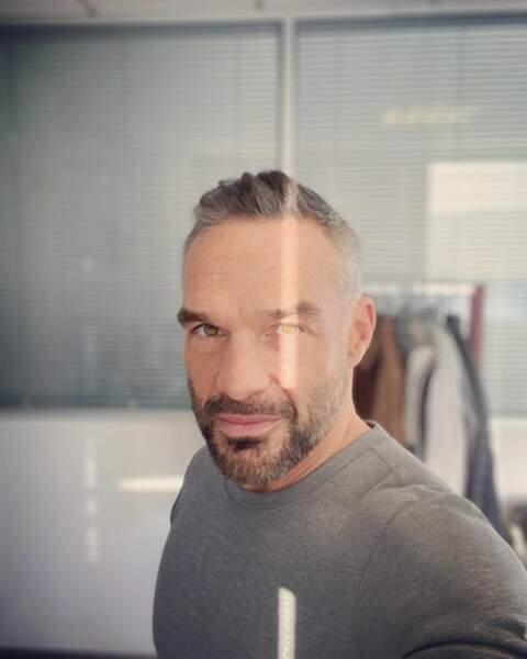 En attendant de tourner ses scènes de Profilage, Philippe Bas s'amuse à prendre des selfies