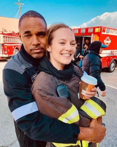 Un café et un câlin, entre deux prises de Station 19,  Danielle Savre et Jason George se remontent le moral
