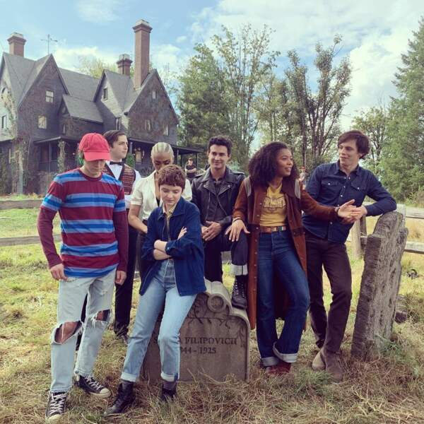 La bande des jeunes acteurs semble captivée par ce que leur raconte Jaz Sinclair