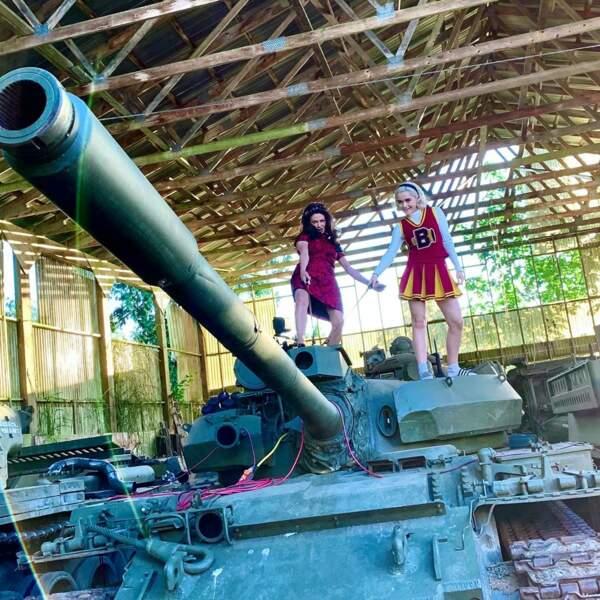 Kiernan Shipka (Sabrina) et Madame Satan (Michelle Gomez), deux filles totalement canons