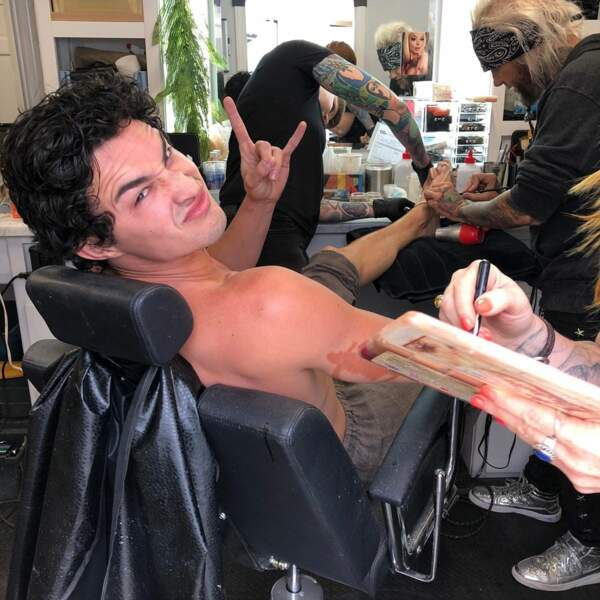 Gavin Leatherwood (Nick) adooooore les sessions maquillage, surtout quand elles touchent aux pieds