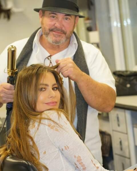 Avant de retrouver le plateau de tournage, Sofia Vergara a le droit à une retouche beauté