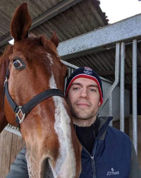Henry Cavill a commencé le tournage de la saison 2 de The Witcher et a retrouvé son cheval