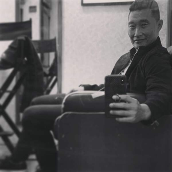 "Daniel Dae Kim fait de l'humour : ""Le selfie de rigueur dans la loge pour montrer à tout le monde que tu as un boulot"""