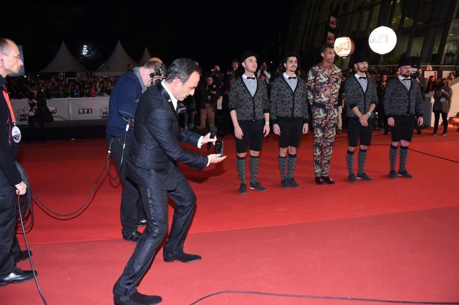 Nikos ne s'est pas contenté de causer dans le micro, il a aussi joué les reporters avec son smartphone