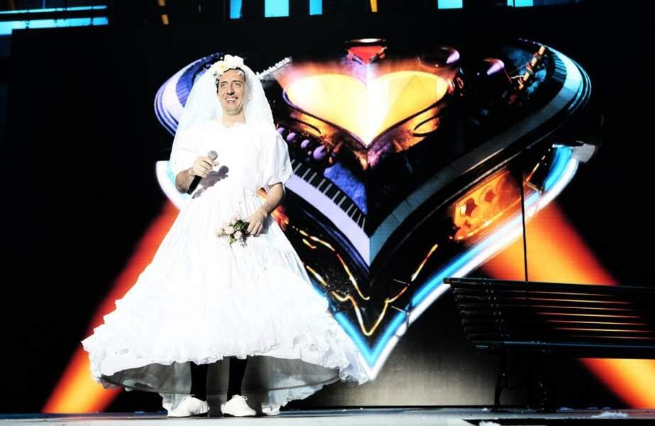 Gad Elmaleh en robe de marié
