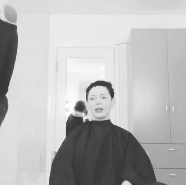 Et elle poste aussi une vidéo chez le coiffeur
