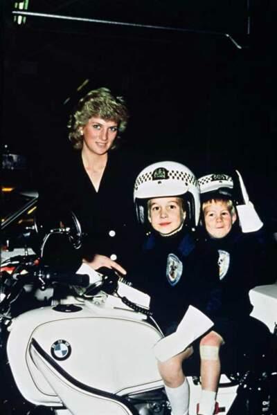 Visite avec l'escorte royale pour William, 5 ans, et Harry, 3 ans