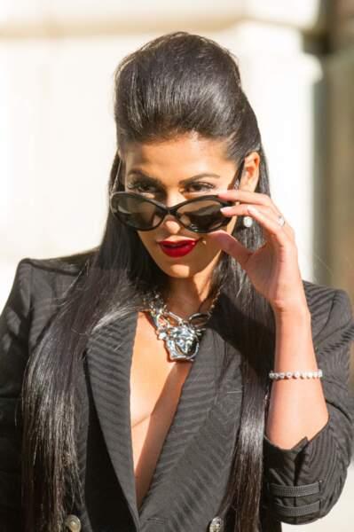 Qui se cache derrière ces lunettes ? C'est bien Ayem Nour !