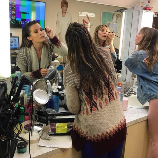 Elizabeth Hendrickson et Melissa Claire Egan pendant une session maquillage dans la loge des Feux de l'amour