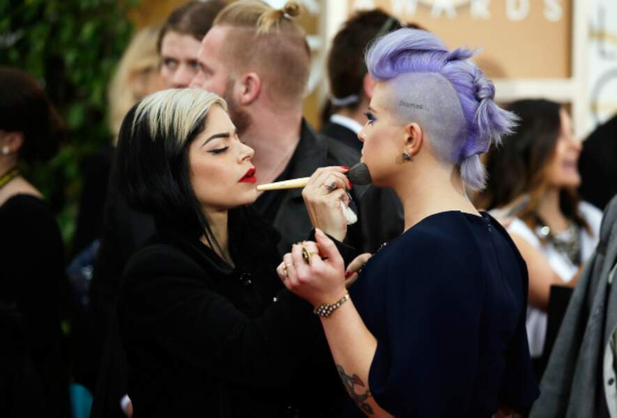 Dernière touche maquillage pour Kelly Osbourne