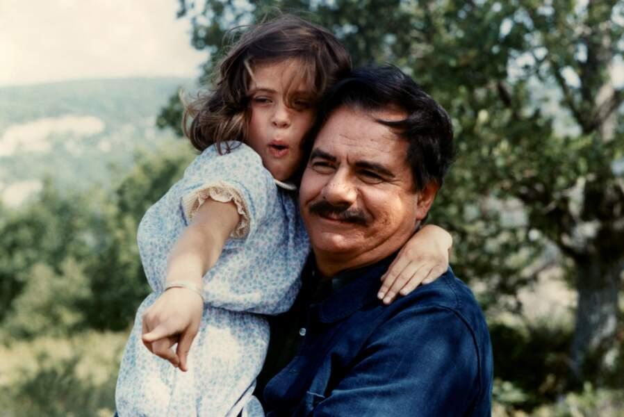 L'ÉTÉ MEURTRIER (1983) - Elle est Eliane (Isabelle Adjani enfant), dans les bras de Michel Galabru