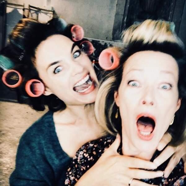 Claire (Mélanie Maudran) et Marie (Gabrielle Lazure) s'éclatent dans les loges !