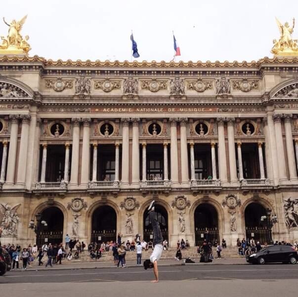 Un peu de danse devant l'Opéra Garnier