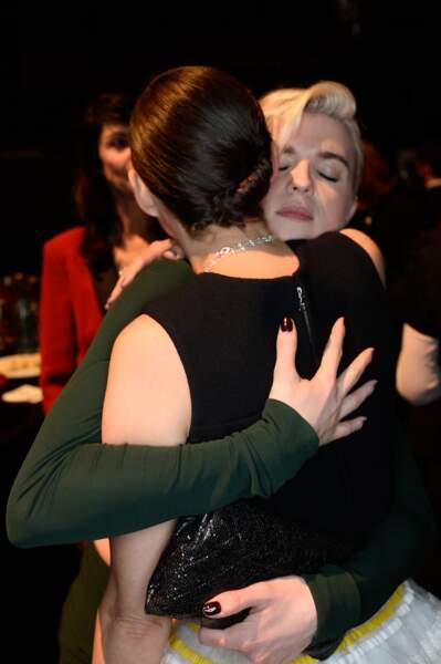 Gros hug entre Cécile Cassel et Marion Cotillard
