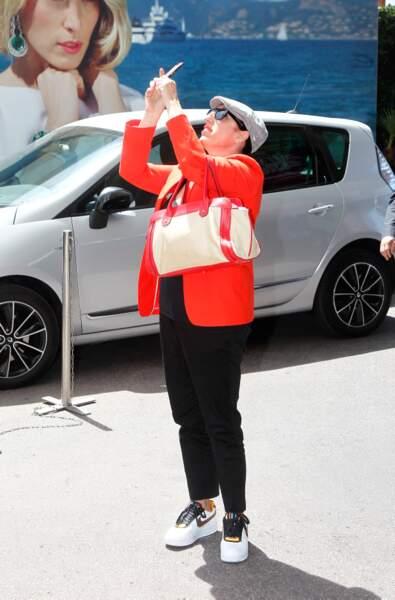 Avec son portable, sa casquette, sa veste rouge et ses baskets blanches, Rossy de Palma ne passe pas inaperçue