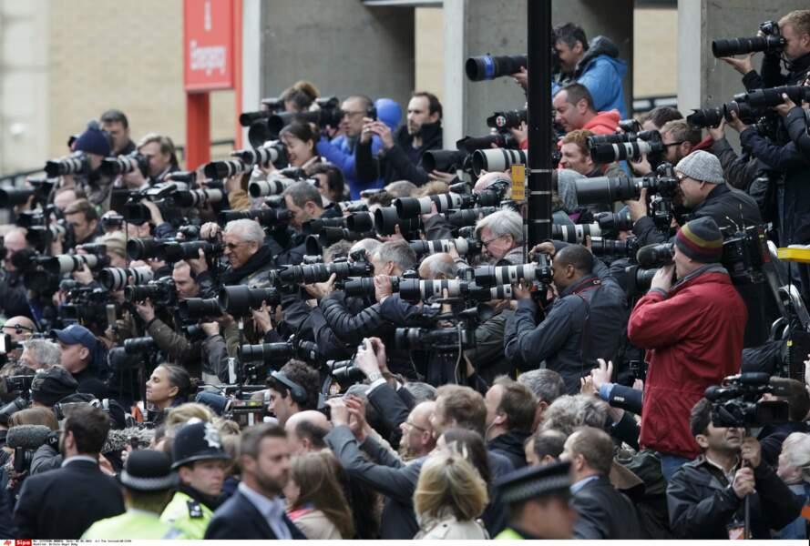 Pressés devant la maternité, les reporters ont guetté les allées et venues de la famille royale