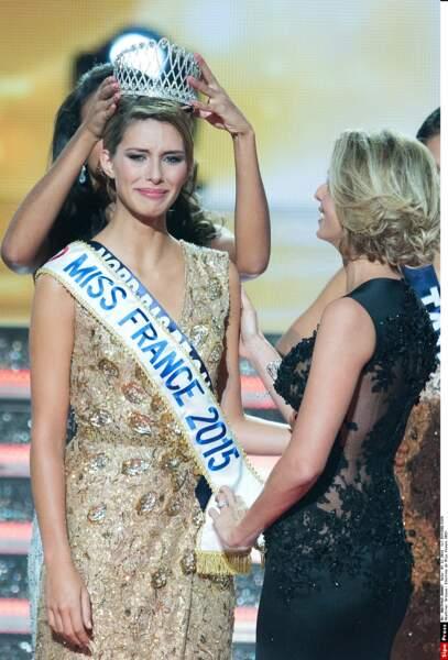 … et été couronnée Miss France 2015 par Flora Coquerel, devant une Sylvie Tellier radieuse