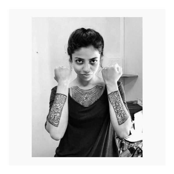 Pour le tournage de Meurtres à Cayenne, Rani Bheemuck a hérité de faux tatouages
