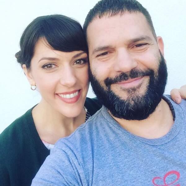 Laila Ayad (Charlotte Reid) et Guillermo Diaz (Huck), les acteurs de Scandal, posent tout sourire