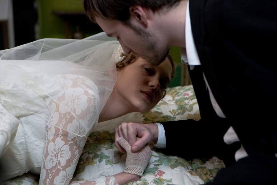En robe de mariée dans le téléfilm Roses à crédit (2010)