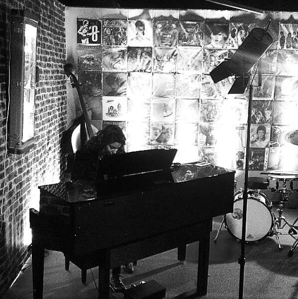 Tal répète au piano