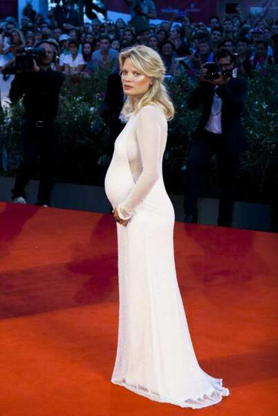 Mélanie Thierry de profil dévoile son beau ventre