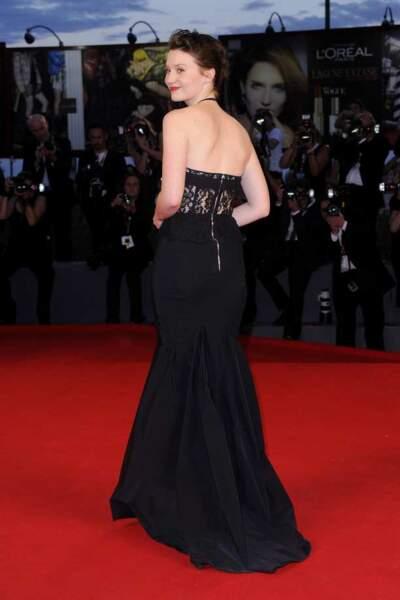 Mia Wasikowska en robe noire Nina Ricci