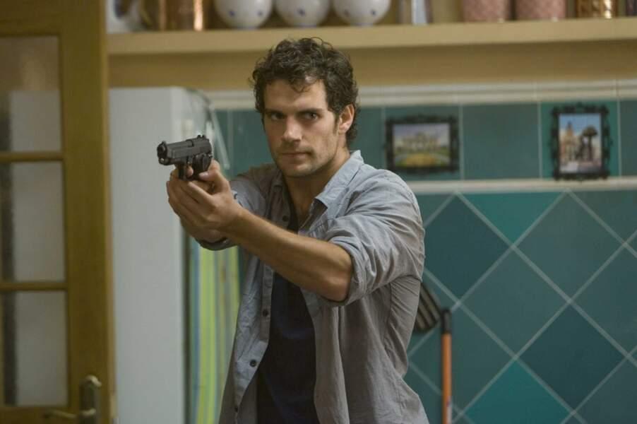 Cheveux en bataille et mal rasé. on l'aime dans Sans issue (2012), thriller avec Bruce Willis et Sigourney Weaver