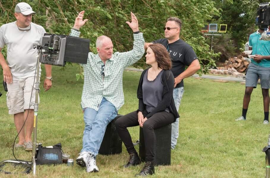 Du côté de Blacklist, le tournage va aussi bon train. Megan Boone écoute religieusement ce qu'on lui explique