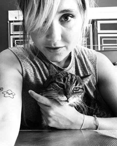 Rigolote l'actrice et humoriste sait aussi être calme quand elle est avec Jean-Noël, son chat