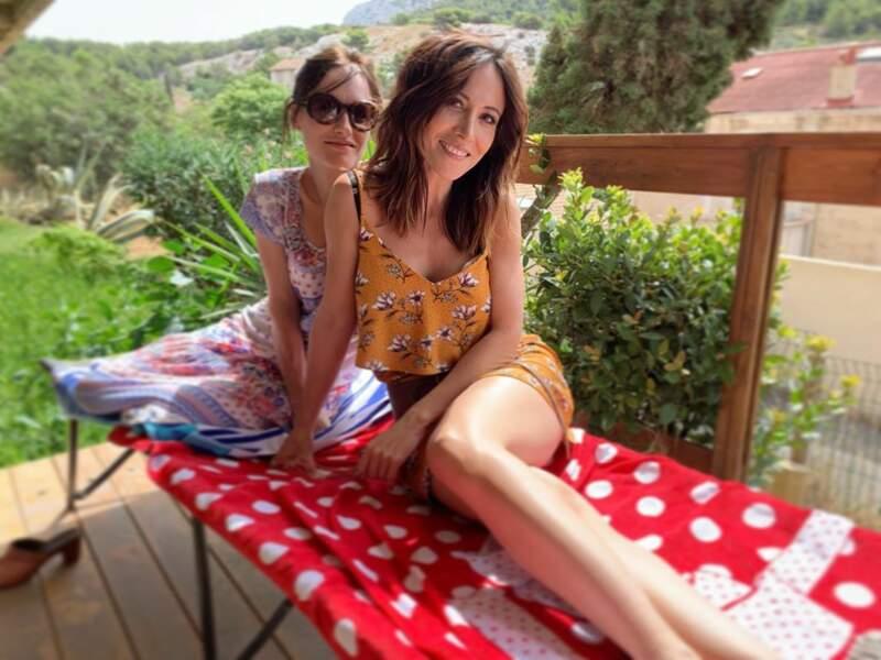 Entre deux prises, les filles prennent un bain de soleil