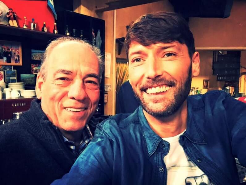 """en faisant des selfies, notamment avec Roland, son """"papa"""""""