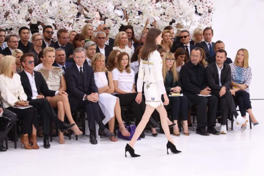Du beau monde au premier rang du défilé Dior: Sean Penn et Charlize Theron, Bernard Arnault, Valérie Trierweiler...