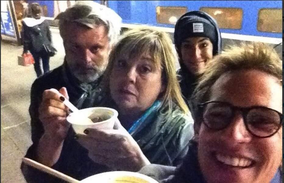 Faute de grives, l'équipe de La Stagiaire, coincée en gare du Creusot, mange à emporter